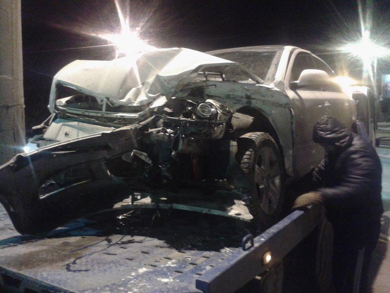 Эвакуатор в Челябинске загружает шкоду, ночная эвакуация авто.