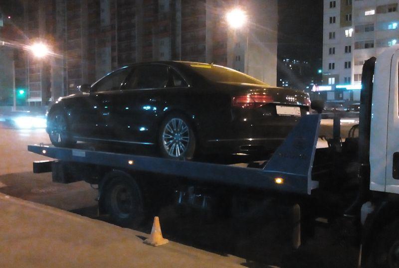 Эвакуатор перевозит Audi с неисправной АКПП