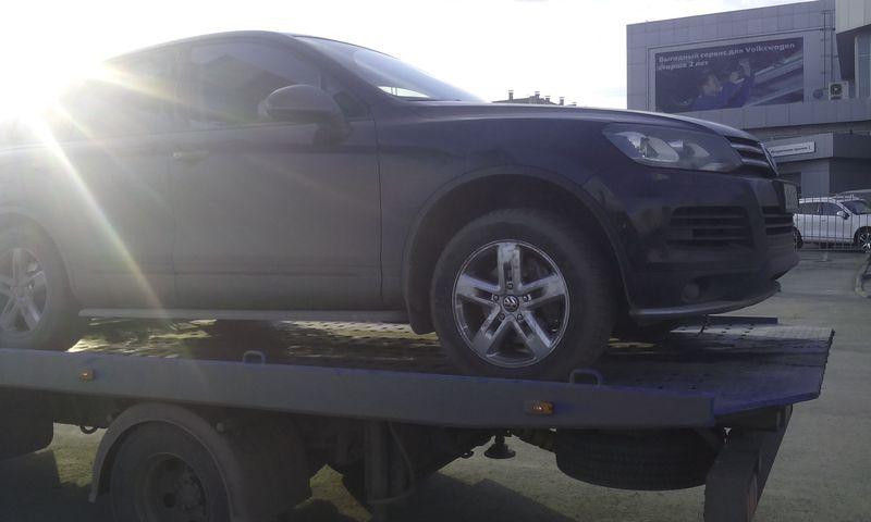 Эвакуатор увозит Volkswagen Touareg